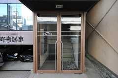 シェアハウスの玄関ドアの様子。(2013-10-12,周辺環境,ENTRANCE,1F)