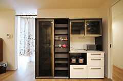 食器棚とキッチン家電の様子。食器棚の右手のドアの先に、水回り設備が集約されています。(2013-10-12,共用部,OTHER,1F)
