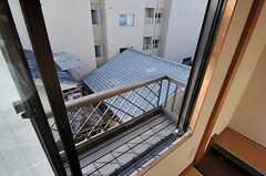 窓からの景色。プランターやちょっとした植物などは置くことができます。(304号室)(2013-10-12,専有部,ROOM,3F)