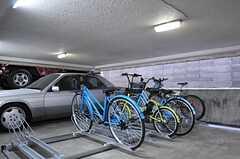 自転車置場の様子。フロアごとに用意されています。(2013-10-12,共用部,GARAGE,1F)