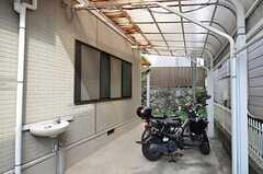 自転車置場の様子。原付きも無料で利用できます。(2014-09-10,共用部,GARAGE,1F)