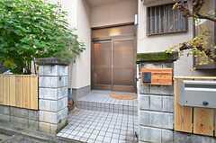 玄関ドアの様子。(2015-11-17,周辺環境,ENTRANCE,1F)