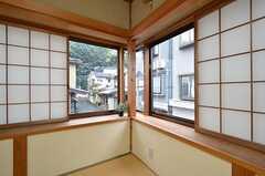 部屋の角が窓になっています。(101号室)(2015-11-17,専有部,ROOM,1F)