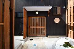 玄関の様子。引き戸の左手にポストと宅配BOXが設置されています。(2017-08-08,周辺環境,ENTRANCE,1F)