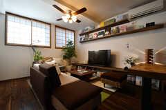 ソファスペースの様子。TVの周辺には様々な書籍が飾られています。(2017-08-08,共用部,LIVINGROOM,1F)