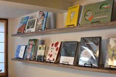書籍の様子。梅田 蔦屋書店セレクトの書籍が並んでいます。(2017-08-08,共用部,OTHER,1F)