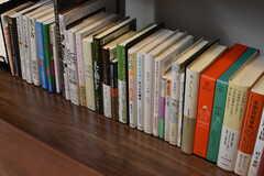 入居者さんのために梅田 蔦屋書店がセレクトした「文学」「ワーク」分野の書籍も並んでいます。(2017-08-08,共用部,OTHER,1F)