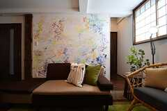 TV側から見たソファスペースの様子。壁の絵は画家の植田志保さんが描いたものとのこと。(2017-08-08,共用部,LIVINGROOM,1F)