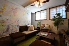 ソファスペースの様子2。シェアハウス内の絵は全て、植田志保さんが描いたものとのこと。(2017-08-08,共用部,LIVINGROOM,1F)