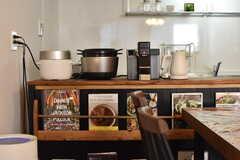 左手からバルミューダ社の炊飯器、バーミキュラ社の炊飯器、illy社のコーヒーメーカー、バルミューダ社の電子ケトルが並んでいます。(2017-08-08,共用部,KITCHEN,1F)