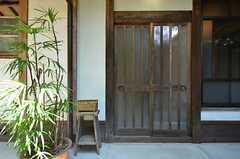 シェアハウスの玄関の様子。引き戸です。(2014-09-09,周辺環境,ENTRANCE,1F)