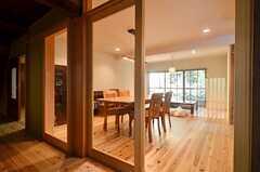 廊下から見たリビングの様子。ガラスの引き戸が付いているので、冷暖房利用時もエコロジーです。(2014-09-09,共用部,LIVINGROOM,1F)