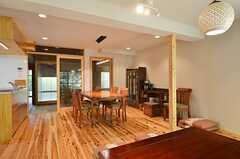 リビングの様子3。床は杉の無垢材です。(2014-09-09,共用部,LIVINGROOM,1F)