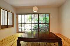 木枠の窓。網戸が付いています。(2014-09-09,共用部,LIVINGROOM,1F)