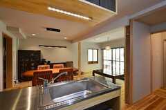 シンクの様子。右手に見える廊下の先にバスルームがあります。(2014-09-09,共用部,KITCHEN,1F)