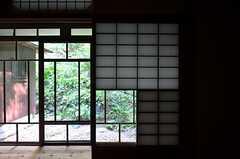 引き戸が付いた珍しい障子。風情があります。(101号室)(2014-09-09,専有部,ROOM,1F)