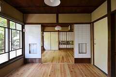 専有部の様子。二間続きで、床暖房は一室のみ対応しています。(203号室)(2014-09-09,専有部,ROOM,2F)