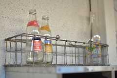 ポストの上にはお洒落な瓶が。(2014-03-03,周辺環境,ENTRANCE,1F)