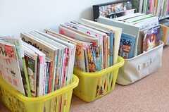 雑誌がたくさん置かれています。(2014-03-03,共用部,LIVINGROOM,2F)