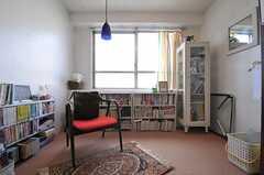 備品はオーナーさんのものの他、入居者さんが任意で置いてくれたものもあるのだそう。(2014-03-03,共用部,LIVINGROOM,2F)