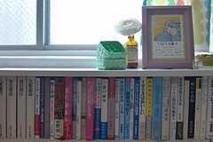 「たまから文庫」と名付けられた本棚。あらゆるジャンルの本が揃います。(2014-03-03,共用部,LIVINGROOM,2F)