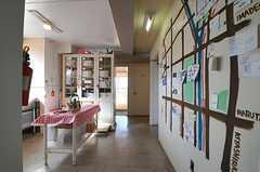 廊下の様子。壁には周辺マップが描かれています。(2014-03-03,共用部,OTHER,3F)