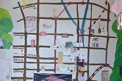 周辺マップの様子。ショップカードがたくさん貼られています。(2014-03-03,共用部,OTHER,4F)