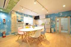 リビングの様子5。キッチンが併設されています。(2016-04-06,共用部,LIVINGROOM,1F)