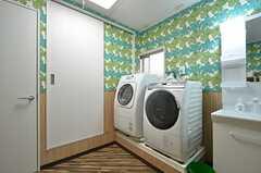 洗濯機は乾燥機能付きのドラム式洗濯機が2台。(2016-04-06,共用部,LAUNDRY,1F)