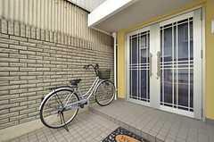 自転車は玄関前に停められます。共用自転車が1台使えます。(2016-04-06,共用部,GARAGE,1F)