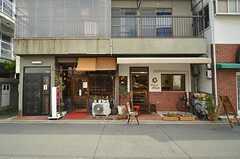 隣は喫茶店とケーキ屋さん。人気店です。(2016-04-06,共用部,ENVIRONMENT,1F)
