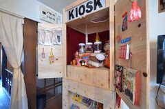 「KIOSK」と書かれたコンテナは、美大出身のオーナーさんが友人と作ったもの。入居者さんの作品や私物を販売したり、イベントに出展するときに屋台として使ったりする予定です。(2016-02-16,共用部,OTHER,2F)