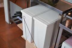 ゴミ箱は引き出して使えるようにオーナーさん自作のワイヤーが取り付けられています。(2016-02-16,共用部,KITCHEN,2F)