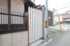 門を開けると自転車置場があります。(2016-02-16,共用部,GARAGE,1F)