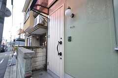 シェアハウスの玄関ドア。(2016-02-16,周辺環境,ENTRANCE,1F)