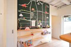 黒板には周辺マップが描かれています。入居者さんによるオススメスポットの書き込みも。(2016-02-16,共用部,LIVINGROOM,1F)