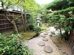 隣の庭の様子。 ※事業者様提供素材(2016-02-16,共用部,OTHER,1F)
