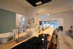 ダイニングテーブルと同じ並びにキッチンが設置されています。(2016-03-08,共用部,KITCHEN,1F)