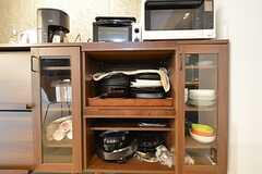 食器棚には共用のホットプレートも収納されています。(2016-03-08,共用部,KITCHEN,1F)