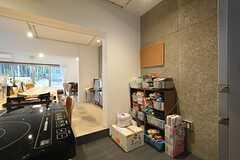 壁際には専有部ごとに食材を収納できます。(2016-03-08,共用部,KITCHEN,1F)