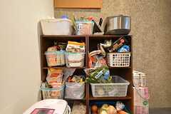専有部ごとに食材や調味料を収納するスペース。部屋割りはされていません。(2016-03-08,共用部,KITCHEN,1F)