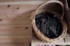 靴箱には、消臭効果のある炭が置かれています。(2012-03-26,周辺環境,ENTRANCE,1F)