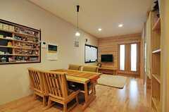 リビングの様子。突き当たりのドアはオーナーさん専用の部屋です。(2012-03-26,共用部,LIVINGROOM,1F)