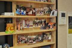 オーナーさんがホストファミリーとして迎え入れた沢山の国の方々との、ほほえましい集合写真がたくさん。(2012-03-26,共用部,LIVINGROOM,1F)