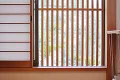 窓は組み木で和テイストです。(203号室)(2012-03-26,専有部,ROOM,2F)