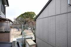 ベランダからは、近くの学校のグラウンドが見えます。(201号室)(2012-03-26,専有部,ROOM,2F)