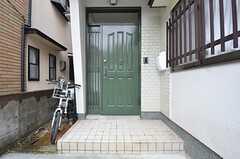 玄関ドアの様子。良い感じの緑色です。(2015-07-06,周辺環境,ENTRANCE,1F)