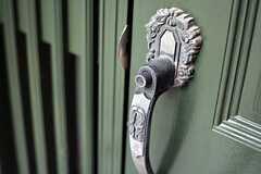 ドアはボタンを押しながら開閉するタイプ。(2015-07-06,周辺環境,ENTRANCE,1F)