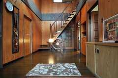 正面玄関から見た内部の様子。木のぬくもりを感じます。(2011-04-23,周辺環境,ENTRANCE,1F)