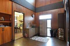内部から見た玄関周りの様子。キッチンが見えます。(2011-04-23,周辺環境,ENTRANCE,1F)